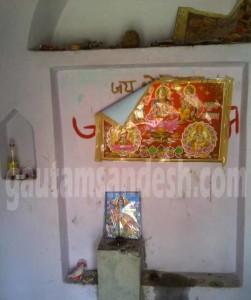 मंदिर के अंदर लटका चित्र।