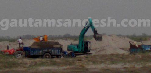 कछला स्थिति गंगा में माफिया द्वारा मशीनों से कराया जा रहा अवैध खनन