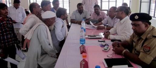 सहसवान स्थित तहसील दिवस में प्रभारी डीएम उदय राज सिंह को परेशानी बताते बुजुर्ग नागरिक।