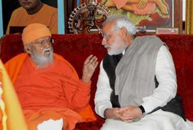 महंत अवेद्यनाथ जी महाराज से बात करते नरेंद्र मोदी।