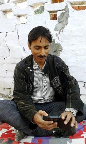 पुलिस उत्पीड़न के विरुद्ध शाहजहांपुर में भूख हड़ताल पर बैठे पत्रकार जगेन्द्र सिंह।