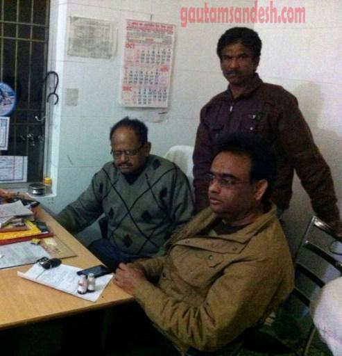 ब्लड बैंक में छापा मारने के बाद मंत्रणा करते प्रभारी सीएमएस डॉ. एके वर्मा व वरिष्ठ डॉ. हरपाल सिंह।