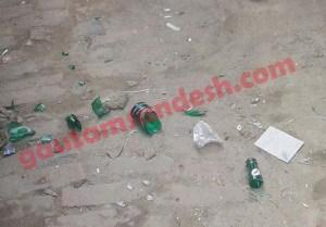 बवालियों द्वारा फेंकी गई बोतलों के टुकड़े।