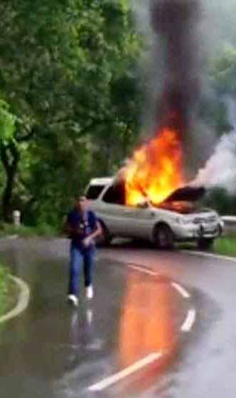 अचानक आग लगने से धू-धूकर जलती कार।