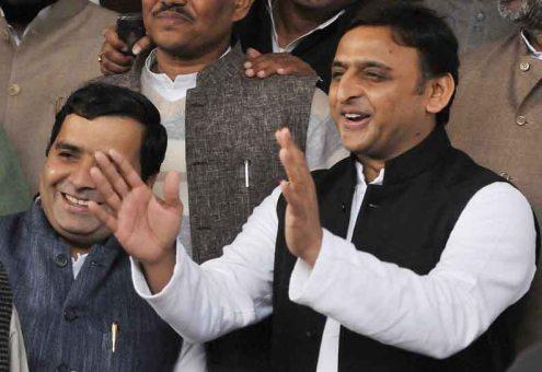 मुख्यमंत्री अखिलेश यादव के साथ खड़े सांसद धर्मेन्द्र यादव का पुराना फोटो।