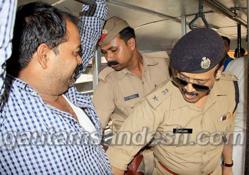 बस के अंदर निरीक्षण करते एसएसपी सुनील कुमार सक्सेना।