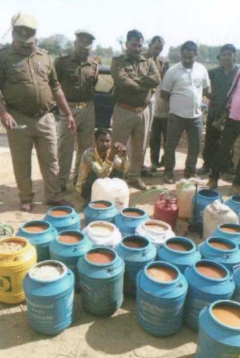 शराब बनाने की सामग्री के साथ पकड़ा गया अनिल व पुलिस।