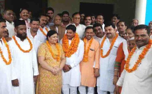 भाजपा की सदस्यता ग्रहण करने के बाद तमाम नेताओं के साथ खुशी व्यक्त करते प्रीती सागर व कुशाग्र सागर।