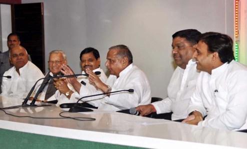 सपा सुप्रीमो के रोचक संबोधन का आनंद लेते मुख्यमंत्री अखिलेश यादव व अन्य।