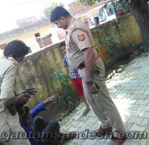 पुलिस चौकी के अंदर किशोर को पीटता दारोगा जितेन्द्र यादव।