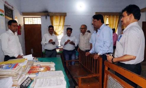 निरीक्षण के दौरान जानकारी लेते डीएम पवन कुमार।