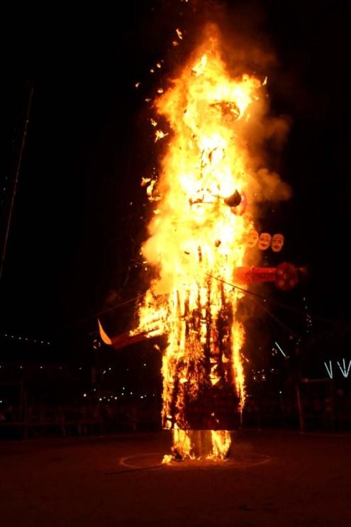 धू-धूकर जलता रावण का पुतला।