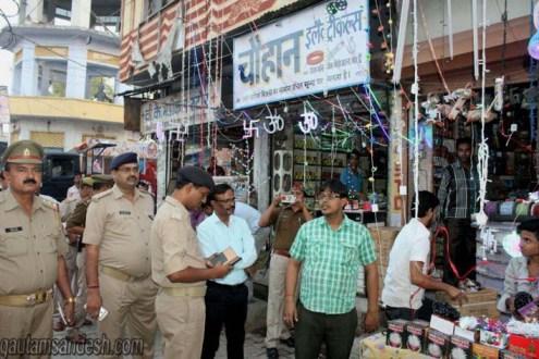 एक व्यापारी को चेताते एएसपी (सिटी) अनिल कुमार यादव।
