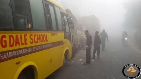 हादसे के बाद सड़क पर खड़ी ब्लूमिंगडेल स्कूल की बस।