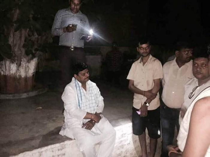 समर्थक के पक्ष में धरने पर बैठ गये शिवपाल सिंह यादव, हड़कंप मचा