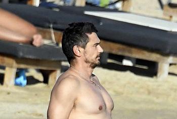 James Franco tomando el sol