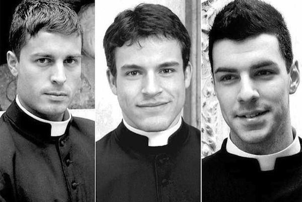 Calendário 2018 com padres do Vaticano já está à venda, aleluia