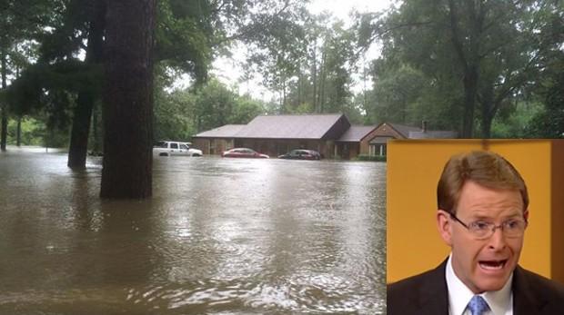 Um pastor americano conhecido por afirmar que Deus pune gays teve a casa inundada por uma enchente, na Luisiana.