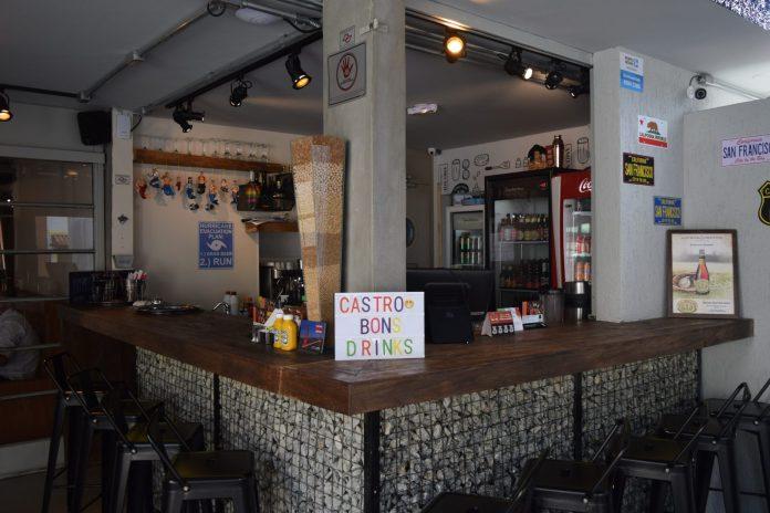 bar-com-uma-placa-de-bons-drinks