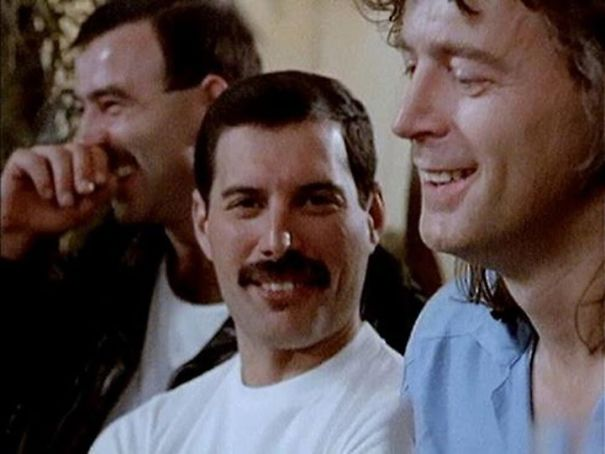 freddie-mercury-jim-hutton-candid-photos-25-592d51d11a362__605