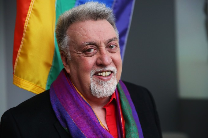 Quem foi Gilbert Baker, o criador da bandeira do arco-íris