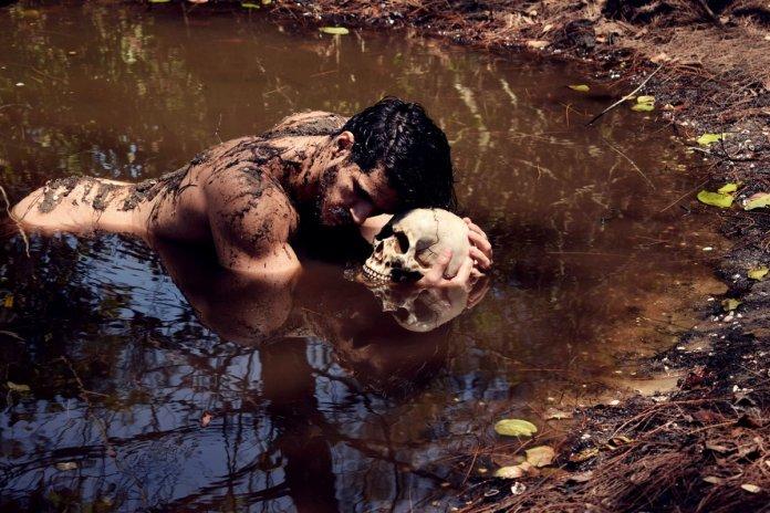 O ator ficou todinho sujo de lama