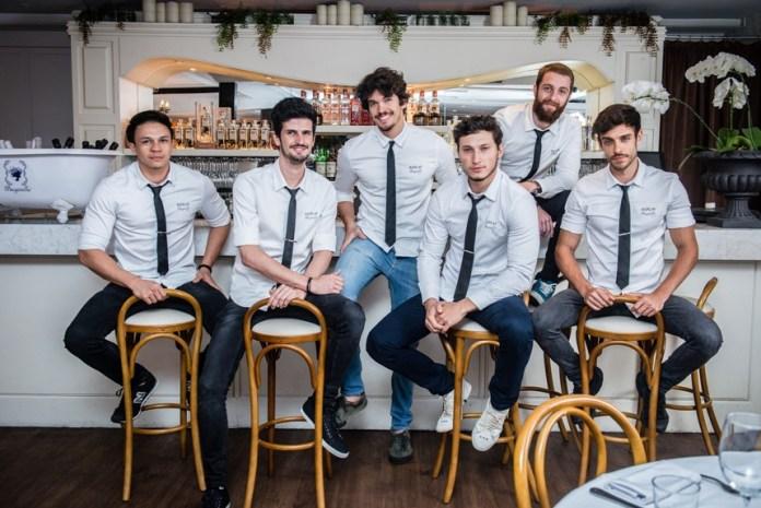 Composto por alinhadas camisas de alfaiataria, que remetem às origens italianas da marca, a Replay dá um toque moderno e jovem no look dos funcionários da casa.