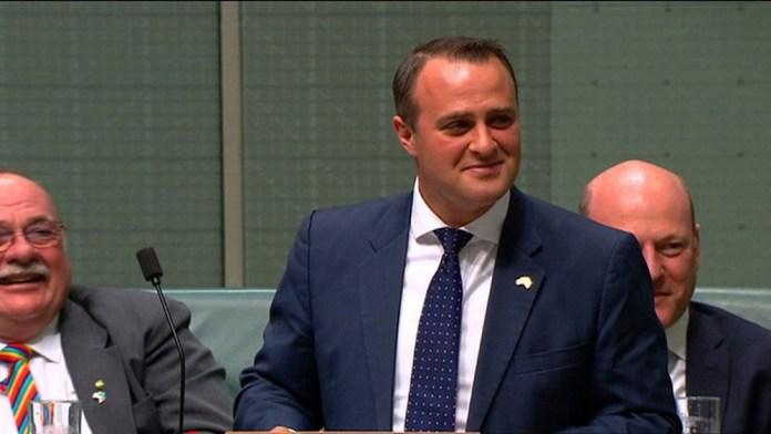 Deputado liberal, Tim Wilson, pediu a mão de seu companheiro logo depois de a Câmara Baixa da Austrália aceitar debater o projeto para legalizar o casamento gay (Foto: Australian Parliament via Seven News / AFP)