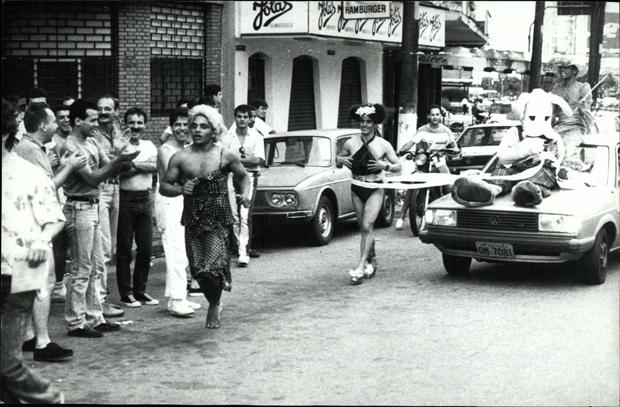 Público assistindo a São Silvestre versão gay