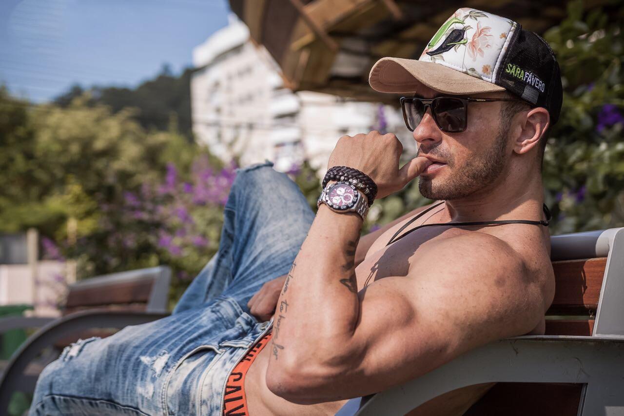 Hoje conhecido como 'Mister Tanquinho', ex-jogador de futebol Henrique Azevedo revela que faz dieta