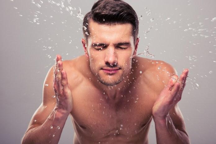 Ao acordar, coloque em prática uma rotina positiva, que traga resultados satisfatórios. Comece o dia lavando seu rosto.