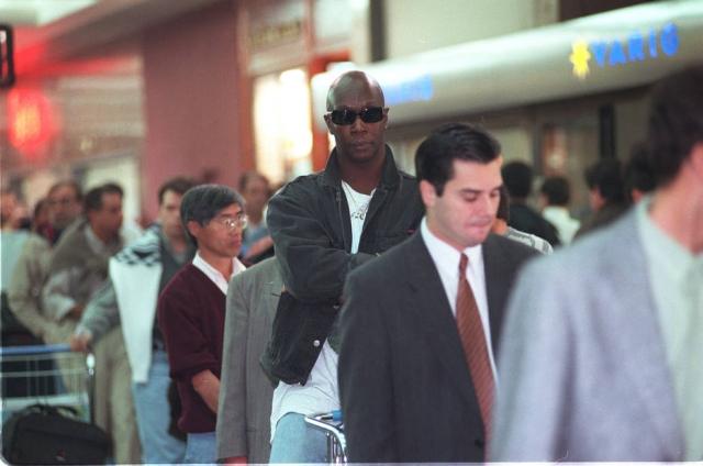 Lafond descaracterizado de Vera Verão, em fila no Aeroporto de Congonhas. Foto de 21 de maio de 1998. Foto: Maurilo Clareto / Estadão