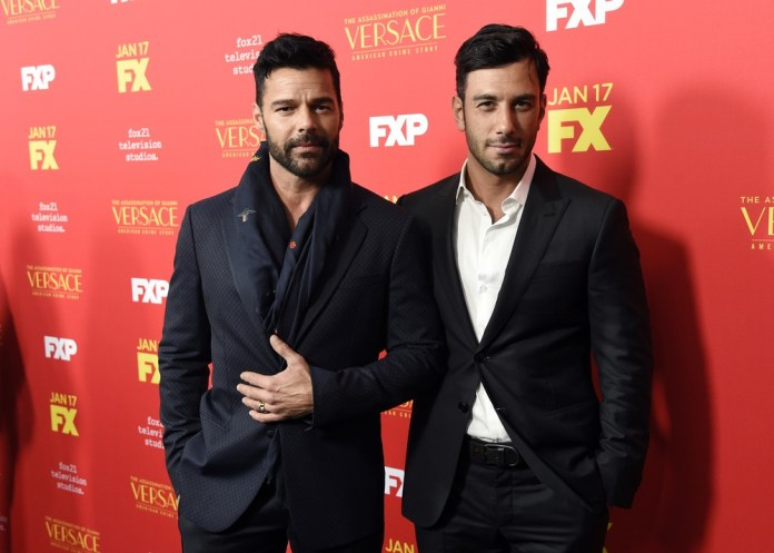 "Ricky Martin com o marido, Jwan Yosef, durante lançamento de temporada da série ""The Assassination of Gianni Versace: American Crime Story"" (Foto: Chris Pizzello/Invision/AP)"
