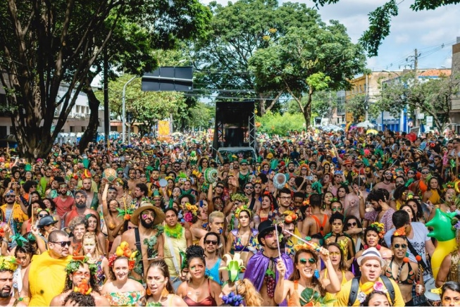 Inspirado na Tropicália, Alô Abacaxi empodera o respeito à diversidade