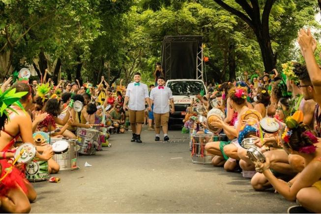 35 mil pessoas assistem a casamento gay em bloco de carnaval em BH