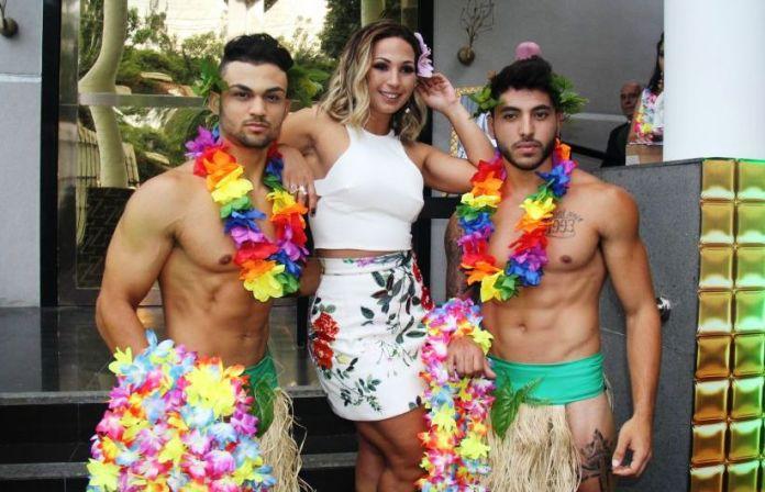 Valesca comemorando aniversário com festa havaiana. (Foto: Ppeople)