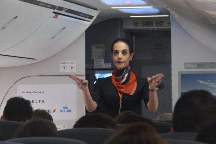 A comissária trans Nicole Cavalcante fez demonstração dos procedimentos de bordo (Foto Vinícius Cavalcante)