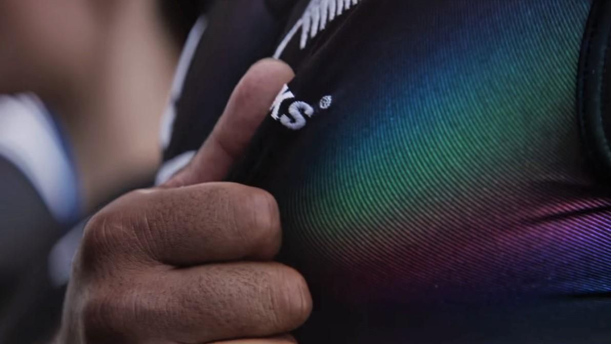 Em apoio à diversidade, uniforme de time de rugby revela arco-íris ao ser esticado