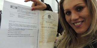 """""""A partir de hoje posso assumir oficialmente a mulher que sou"""", diz Alexandra ao pedir a nova certidão de nascimento (Foto: Carolina Paes/G1)"""