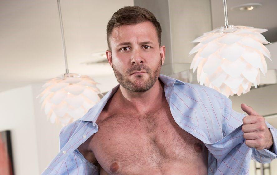 Companhia aérea afasta comissário que fez amor no banheiro com ator pornô