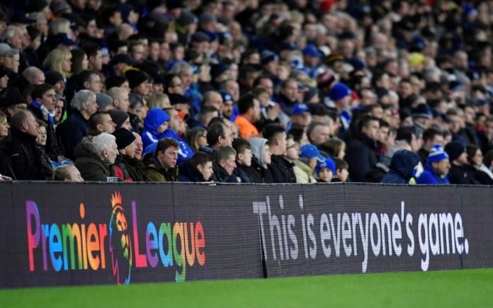 """""""Este é um jogo de todos"""", diz placa de publicidade durante a campanha Rainbow Laces — Foto: Reuters"""