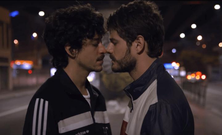 Maurício Destri e Jesuíta Barbosa são um casal no clipe de Johnny Hooker feat. Liniker