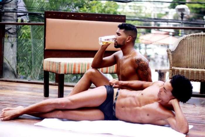 Marquinha com fita isolante para os homens é a moda do verão 2019