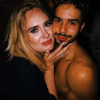 Poc sem camisa fez uma selfie tipo BFF com Adele. Foto: reprodução/twitter.com/babbelz2