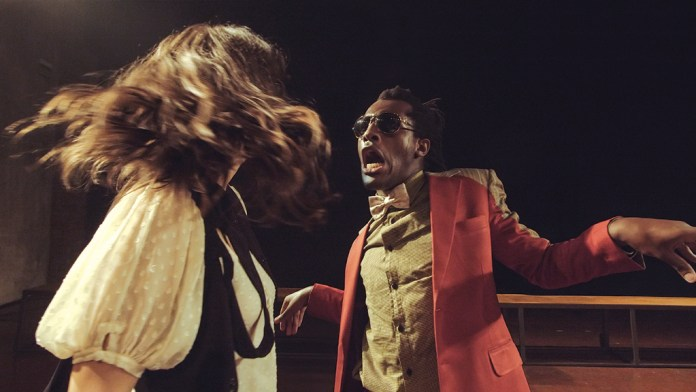 Montagem do diretor paranaense Paulo de Moraes segue fielmente a peça, apresentada em duas partes, que somam sete horas de palco (Crédito: Divulgação) angels in america
