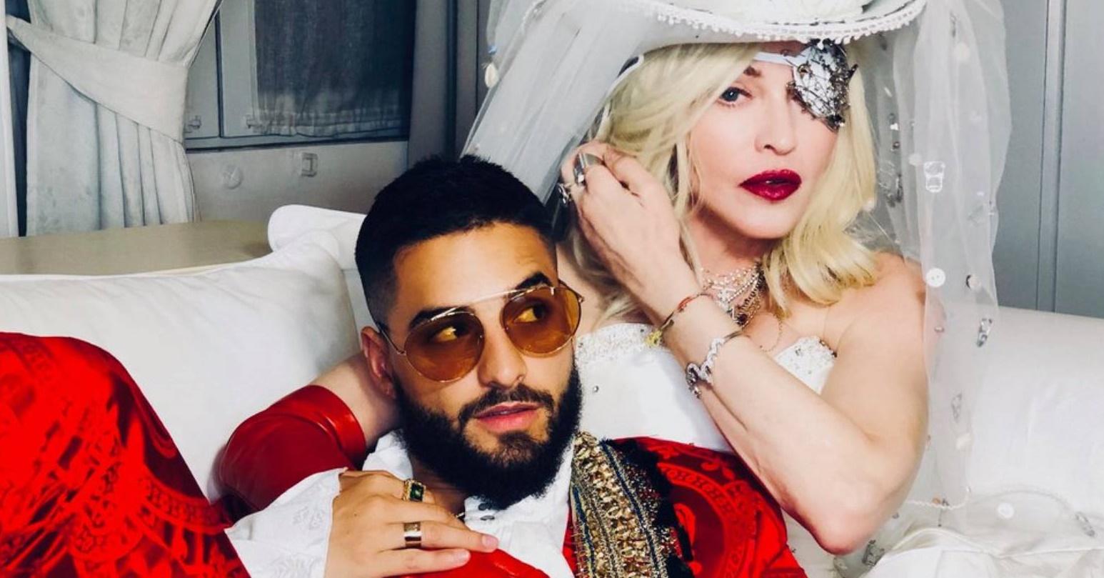Madonna cavalga e lambe pé de Maluma em novo clipe