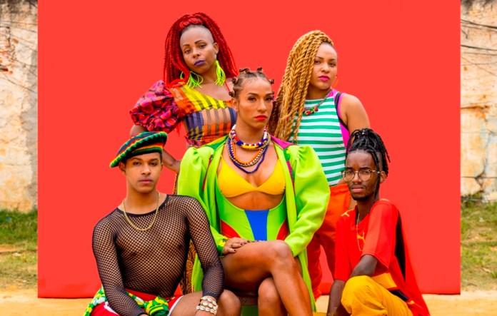 Danna Lisboa é ritmo, identidade e cor em novo clipe; assista 'Suinguetto'