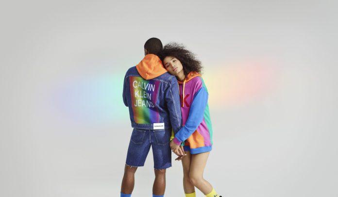 Calvin Klein anuncia apoio global às Paradas LGBTQ+ com renda revertida para ONGs