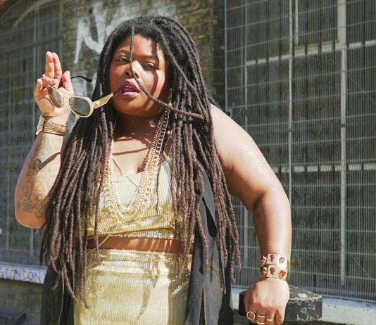 Com nove datas marcadas, a cantora se apresenta nos principais festivais europeus como Welcome To The Village, Wilderness Festival e Shambala Festival Lei Di Dai