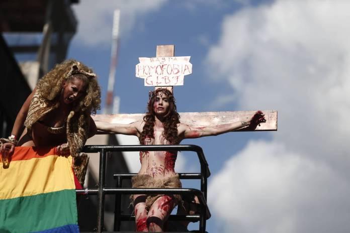 Atriz Viviany Beleboni encena crucificação de Jesus Cristo na 19ª Parada do Orgulho LGBT de São Paulo, em 2015 - Avener Prado/Folhapress